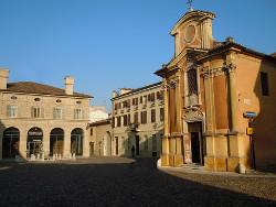 Piazza Canossa, sulla destra l'oratorio da cui provengono le due tele del Bazzani.