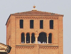 Particolare del campanile del Duomo. Nella nicchia la copia della scultura.